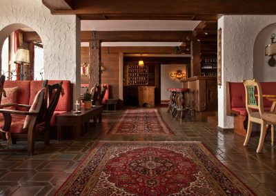 bar-lounge-familie-irmgard-und-charly-wiener-hotel-flexen-zuers-am-arlberg