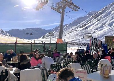 mittag-essen-sonnen-terrasse-direkt and-der-skipiste-tonis-einkehr-apres-ski-hotel-flexen-in-zuers-am-arlberg Kopie